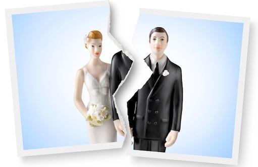 wedding cake figurines split apart signifying divorce